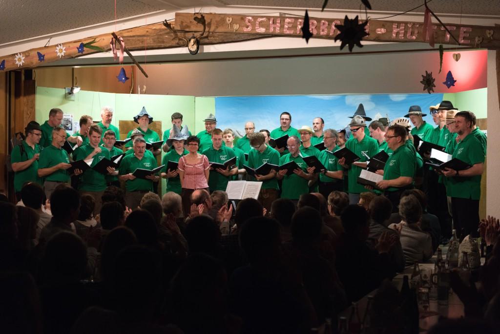 Der Männerchor des Liederkranzes Ruppertshofen-Leofels 1844 mit Chorleiterin Monika Förnzler