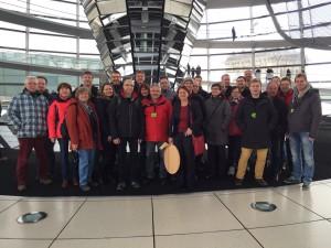 Die Besuchergruppe des Liederkranzes im Reichstag - Bildmitte Annette Sawade MdB (mit Blootzdeckel)